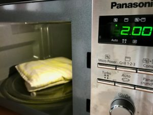 Das Körnerkissen kann in der Mikrowelle erwärmt werden