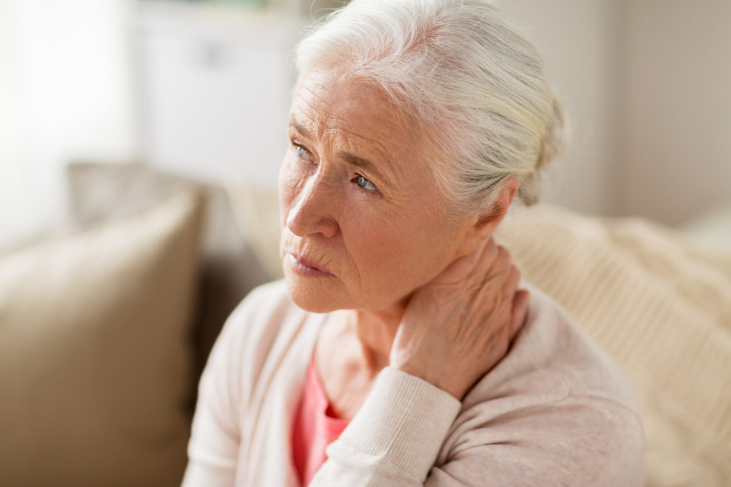 Ein warmes Körnerkissen kann bei Nackenverspannungen helfen